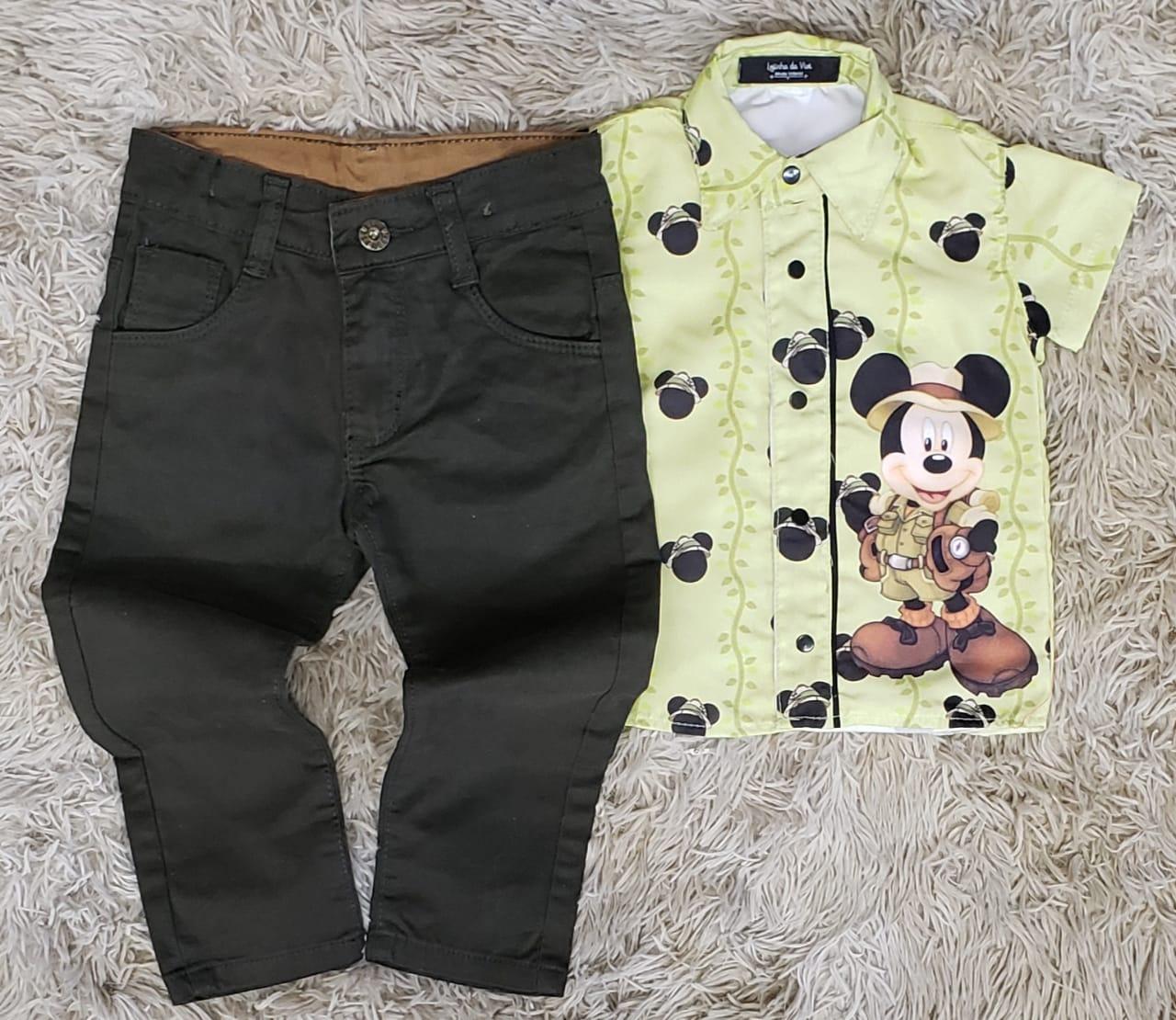 Calça Verde Musgo com Camisa Mickey Safari