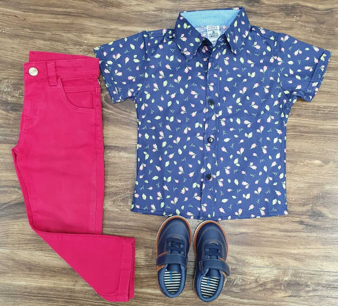 Calça Vermelha com Camisa Azul