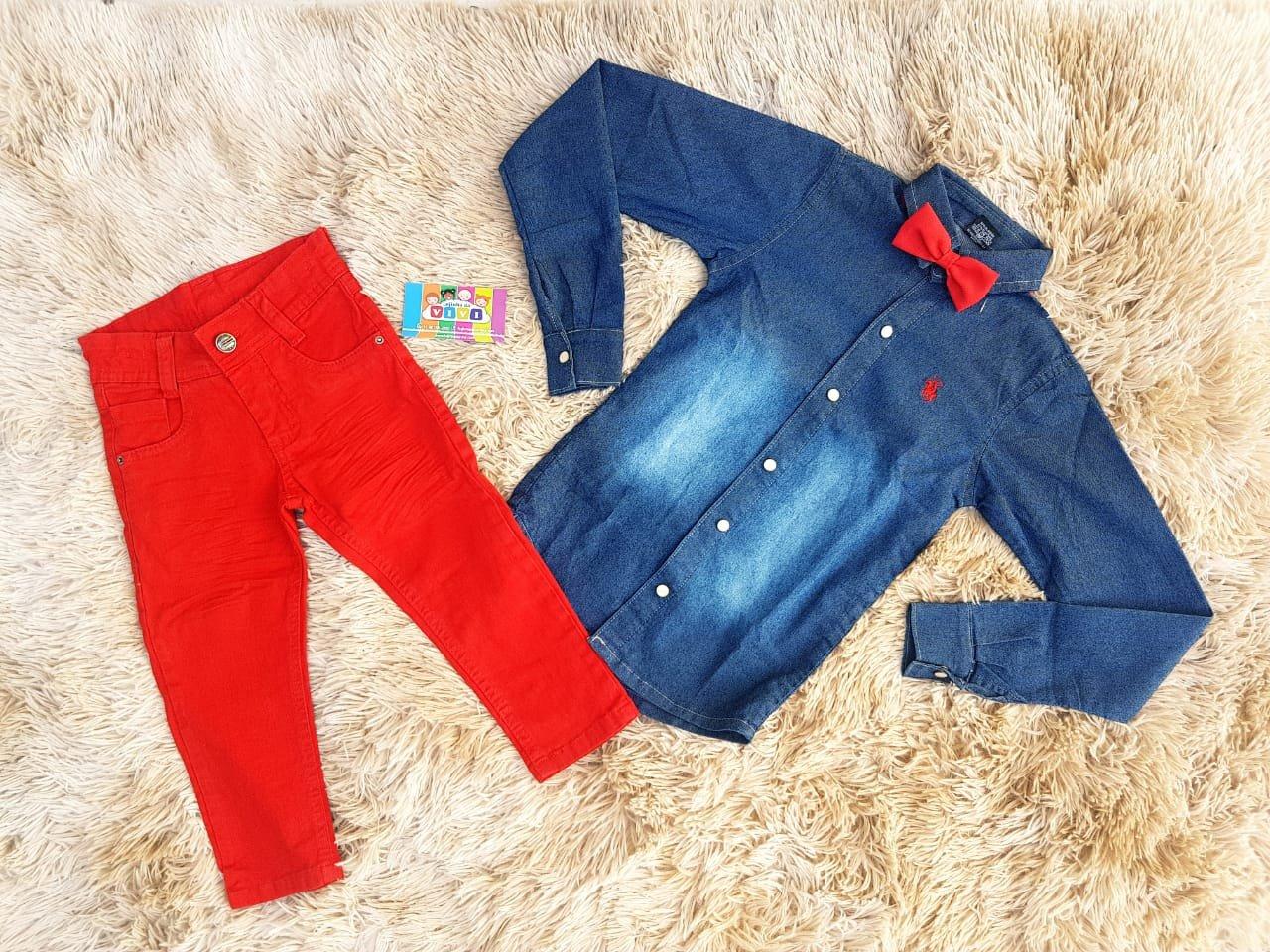 Calça Vermelha com Camisa Jeans e Gravata Vermelha