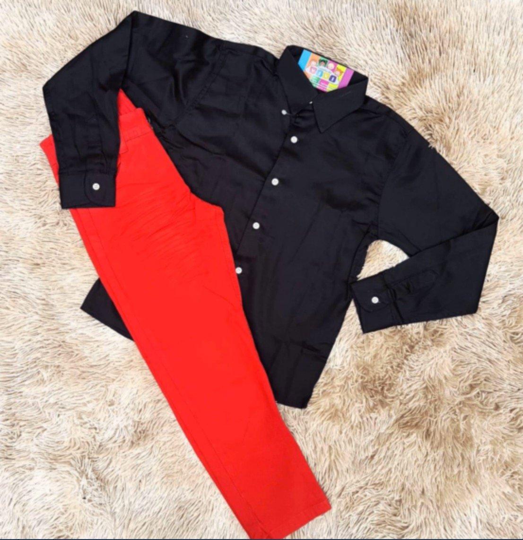 Calça Vermelha com Camisa Manga Longa Preta