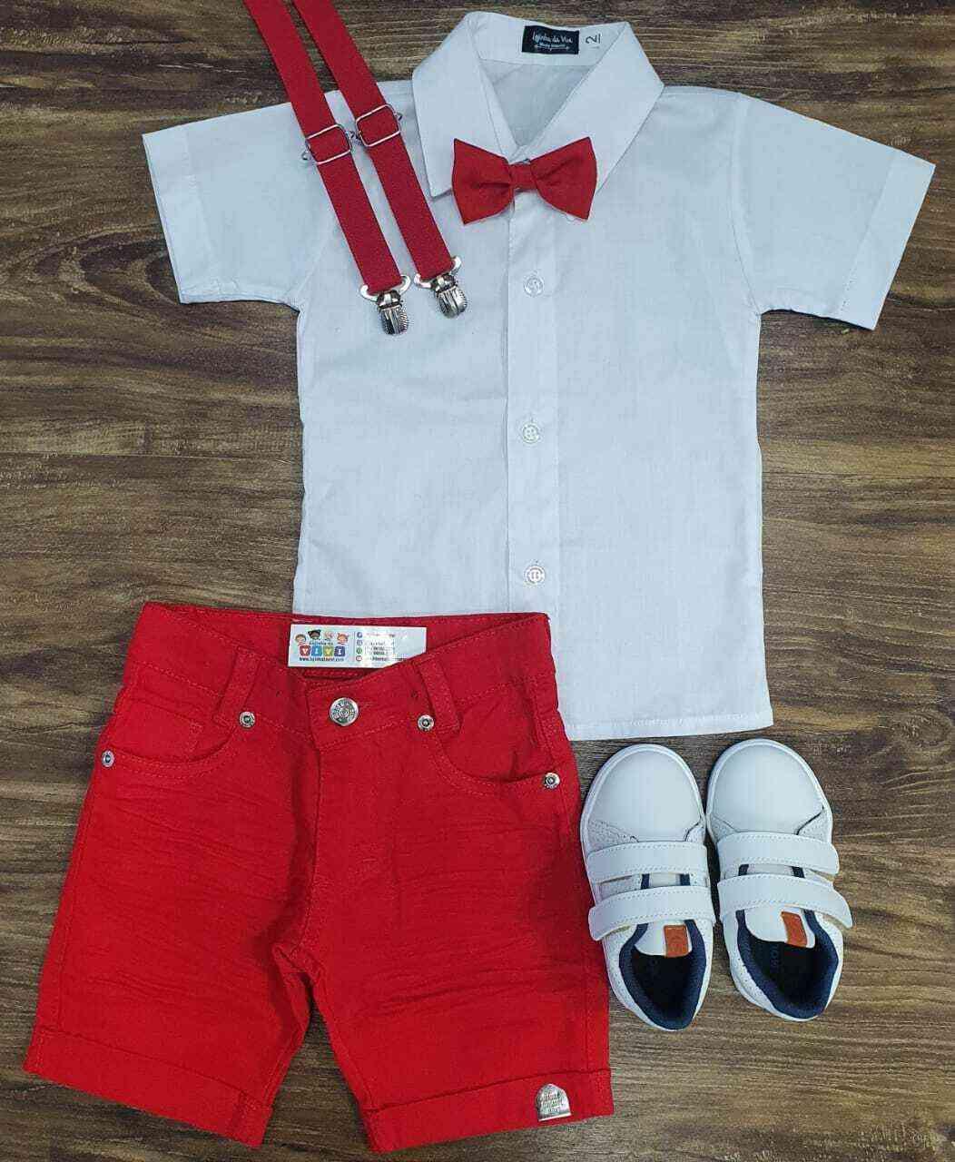 Bermuda vermelha com camisa branca manga curta