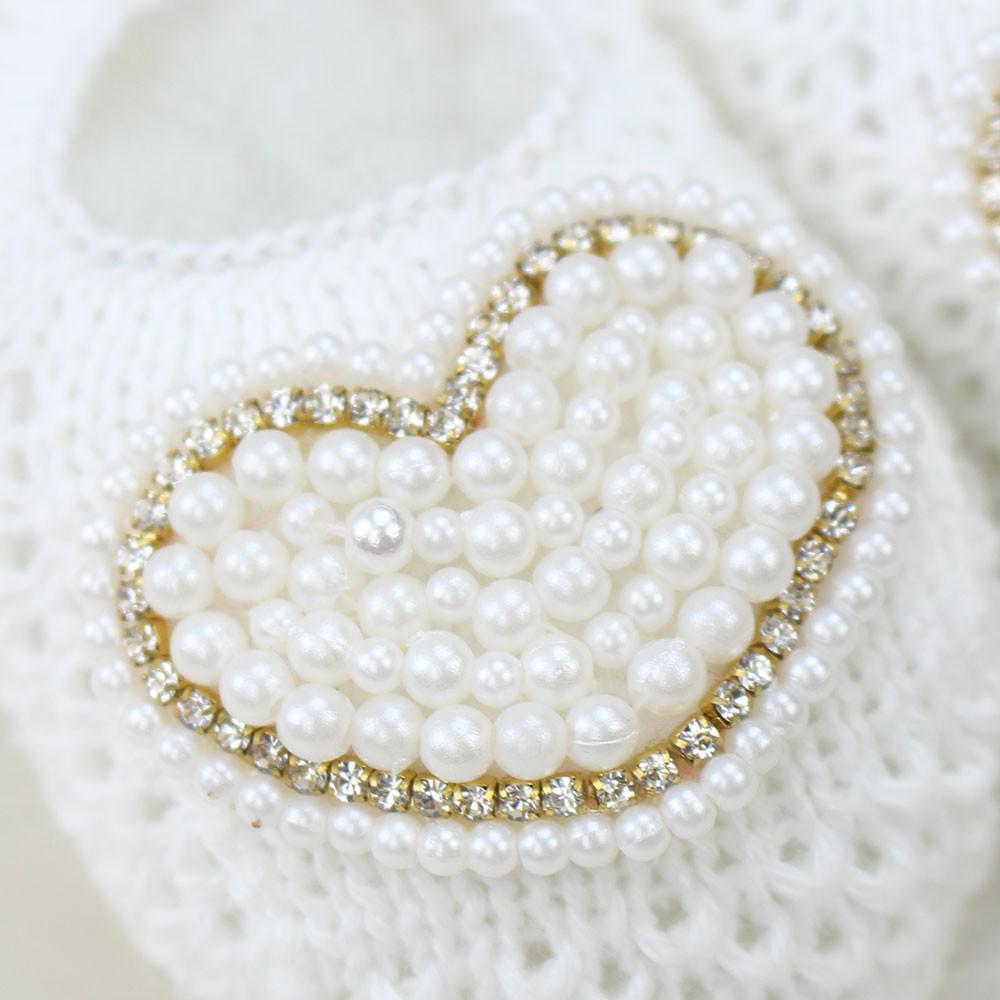 Sapatinho de Tricô Coração Pérolas Branco