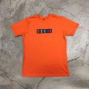 "Camiseta Overcome Co ""Logo Box Astro"" Laranja"