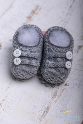 Sapatinho bebê em tricot 2 botões - Cinza