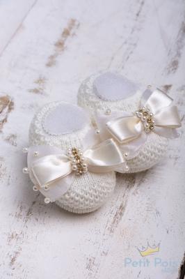 Sapatinho bebê em tricot com laço e pérolas - Marfim