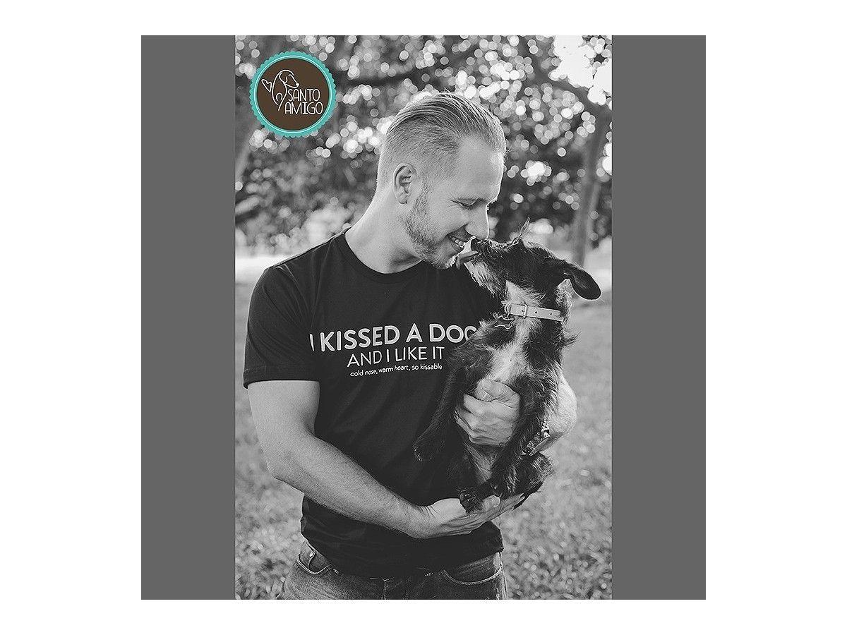 Camiseta Unissex Kissed a Dog