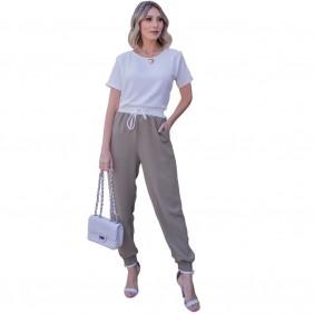 Conjunto Camiseta Feminina Crepe Básica Branca e Calça Feminina Jogger Em Crepe Plano Com Cós Branco e Elástico
