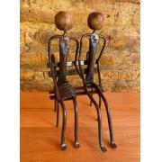 Escultura Artesanal Casal Sentado no Banco em Ferro