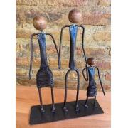 Escultura Artesanal Família em Ferro de Mãos Dadas - Uma Menina