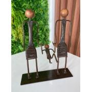 Escultura Artesanal Família em Ferro de Mãos Dadas - Duas Mães