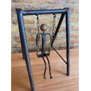 Escultura Artesanal Menino no Balanço em Ferro