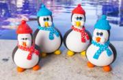 Família de Pinguins com Toca e Cachecol em Biscuit