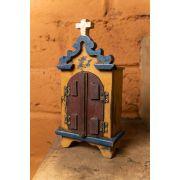 Mini oratório em madeira com portas escuras