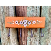 Porta Chaves Laranja com Detalhes em Flor