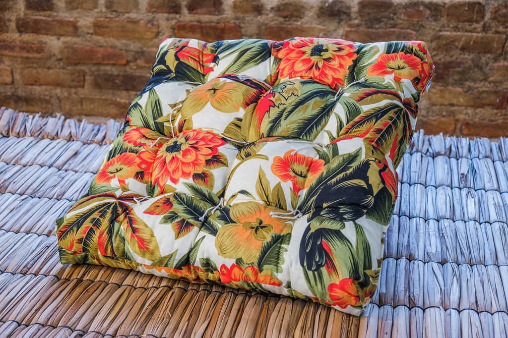 Almofada Futon Laranja Floral - 55 x 55 cm