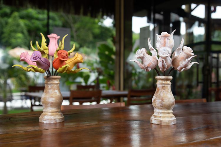 Arranjos de flores em madeira