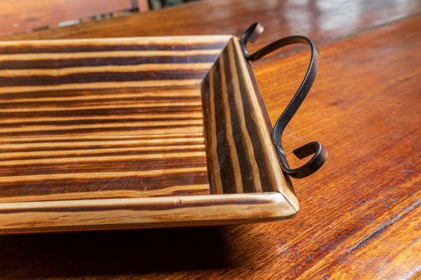 Bandeja em madeira alça em ferro
