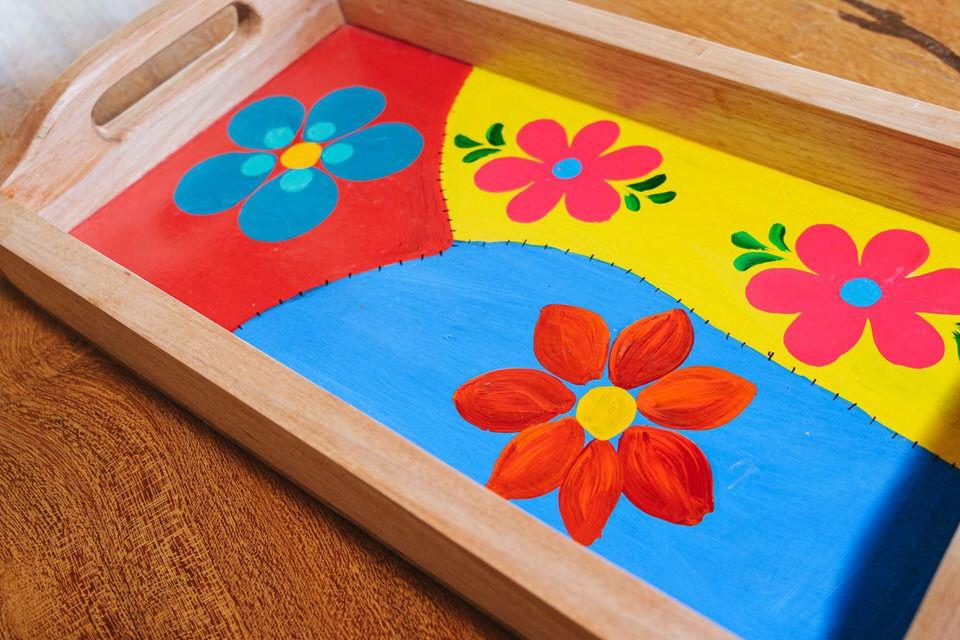 Bandeja em Madeira Rústica com Detalhes em Flores