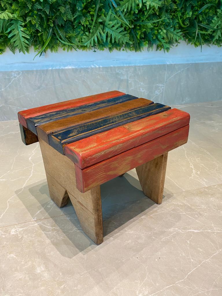 Banquinho em madeira cores