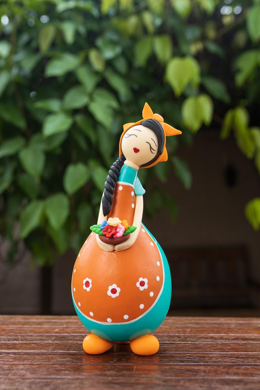 Boneca Camponesa em Cabaça com Cesto de Flores - Laranja