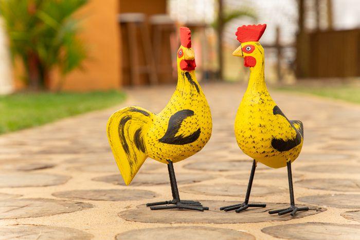 Casal de Galinhas Caipira em Madeira e Pés em Ferro Amarelo