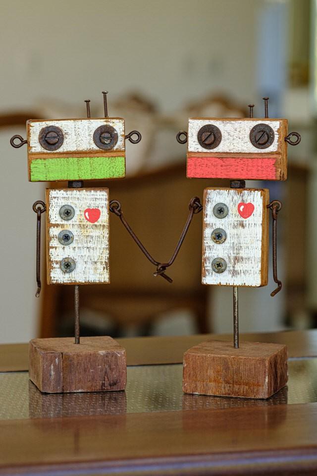 Casal de Robôs Apaixonados em Madeira