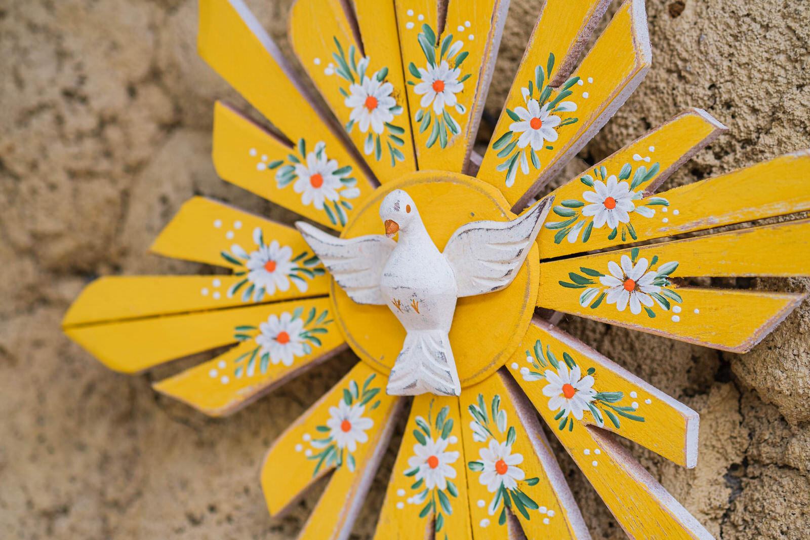Divino de Parede em Madeira  -  Amarelo com Flores