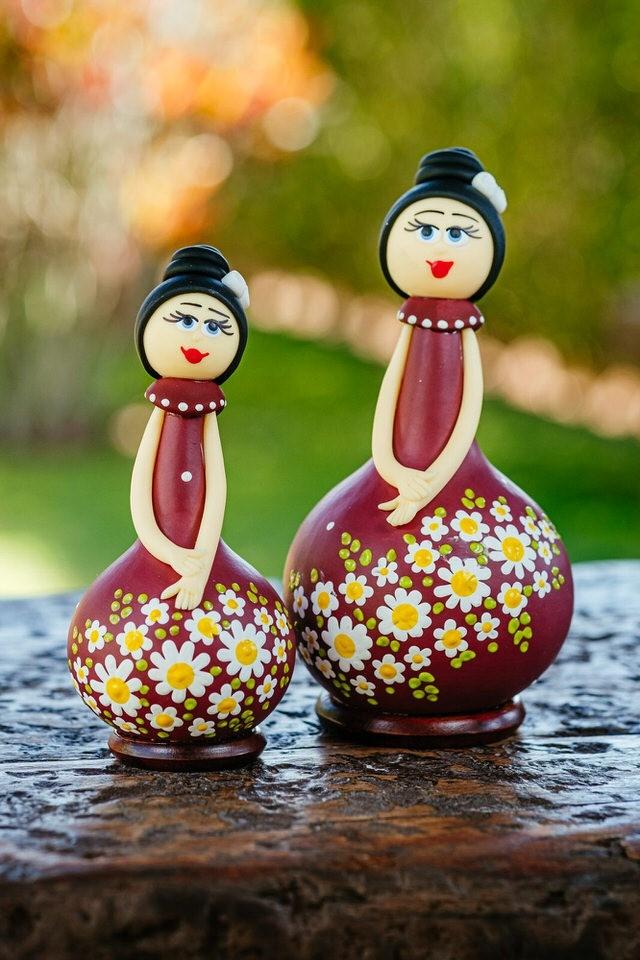 Dupla de Bonecas em Cabaça com Vestido Vinho
