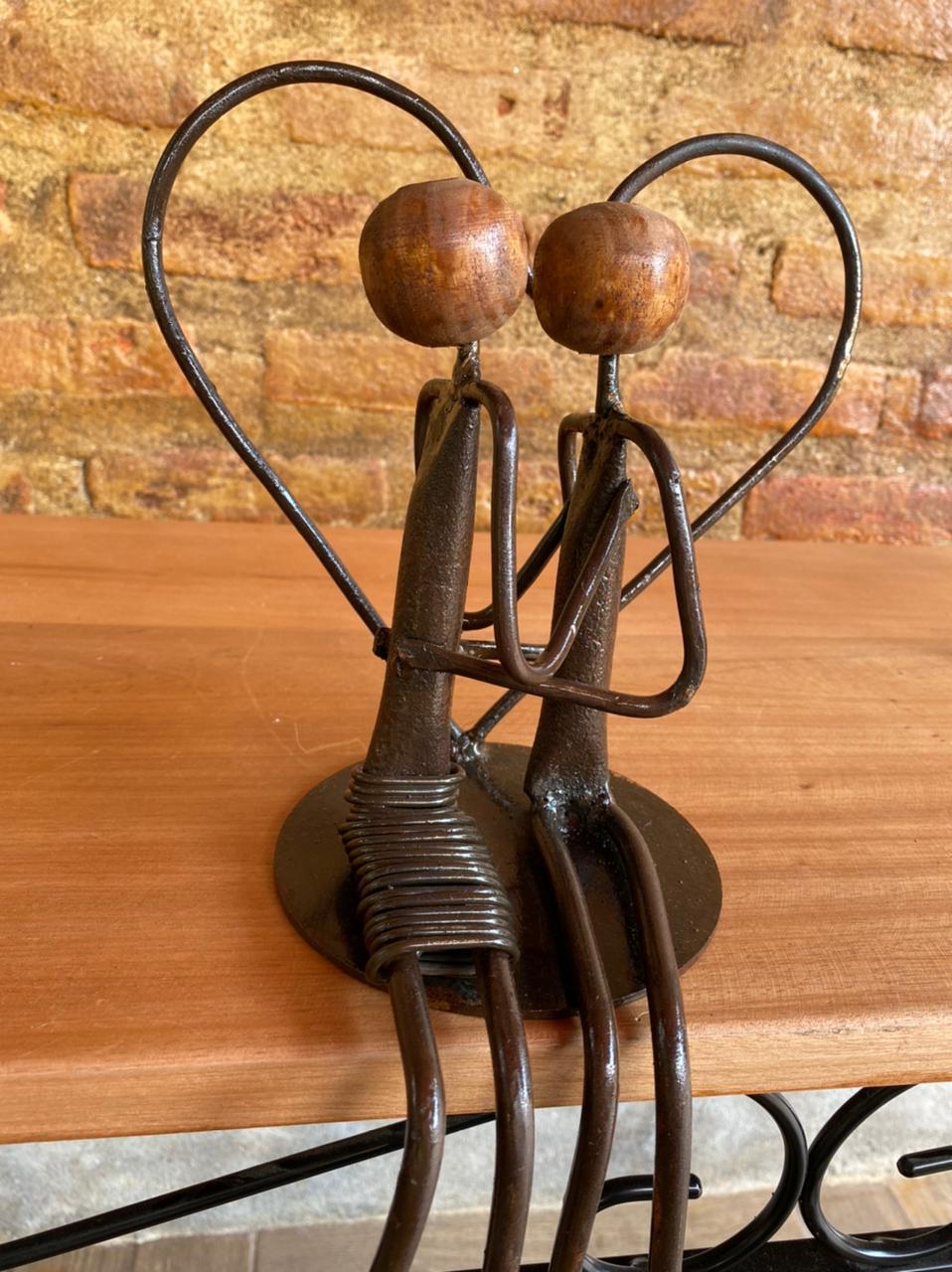 Escultura Artesanal Casal com Coração em Ferro