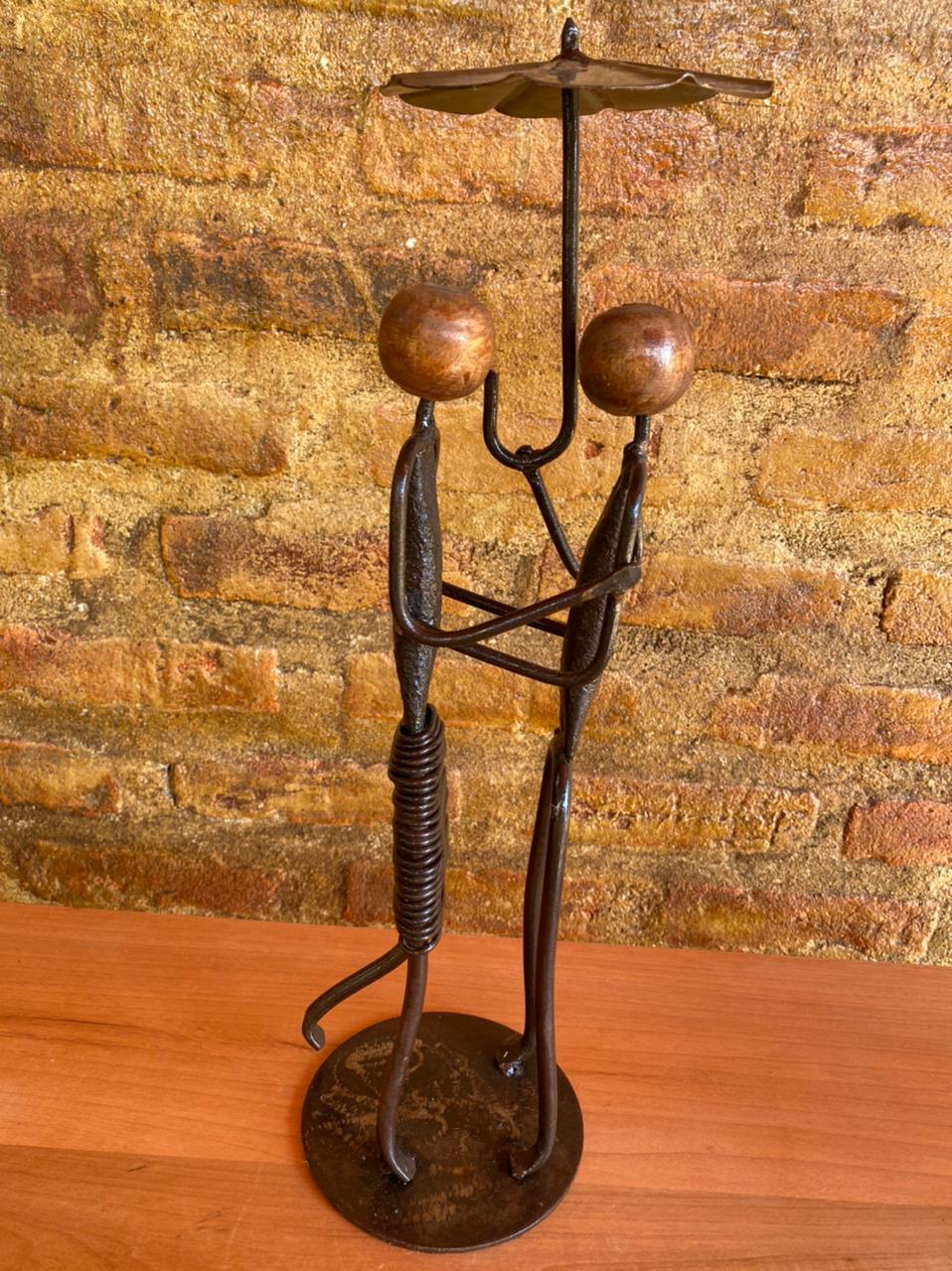 Escultura Artesanal Casal com Sombrinha em Ferro