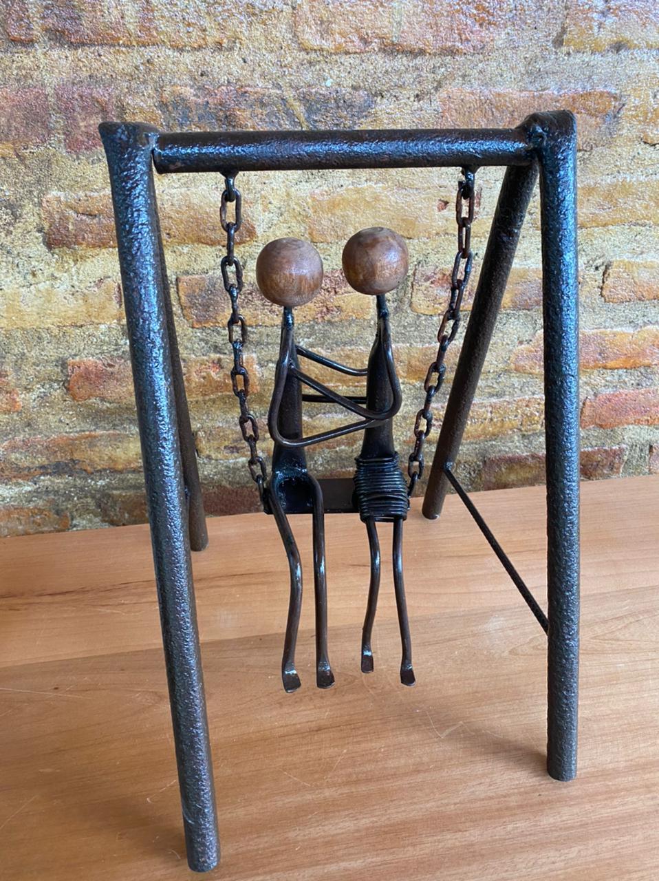 Escultura Artesanal Casal no Balanço em Ferro