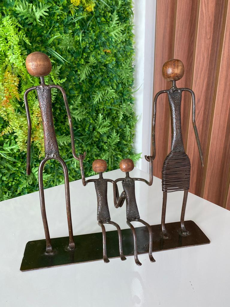 Escultura Artesanal em Ferro Família com Dois Meninos