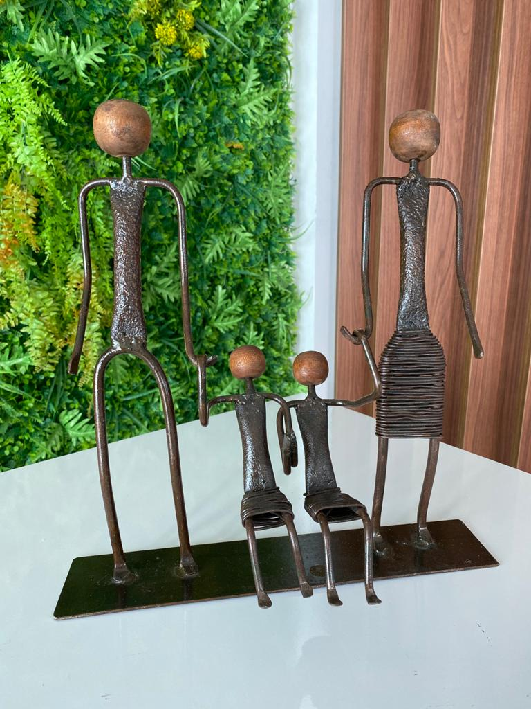 Escultura Artesanal em Ferro Família com Duas Meninas