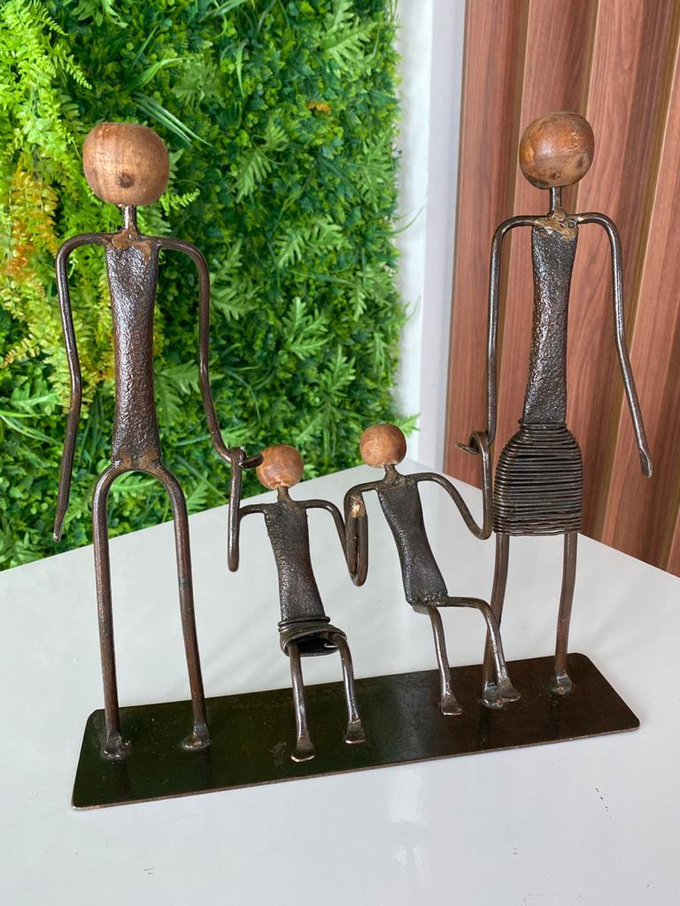 Escultura Artesanal em Ferro Família com Um Casal de Crianças