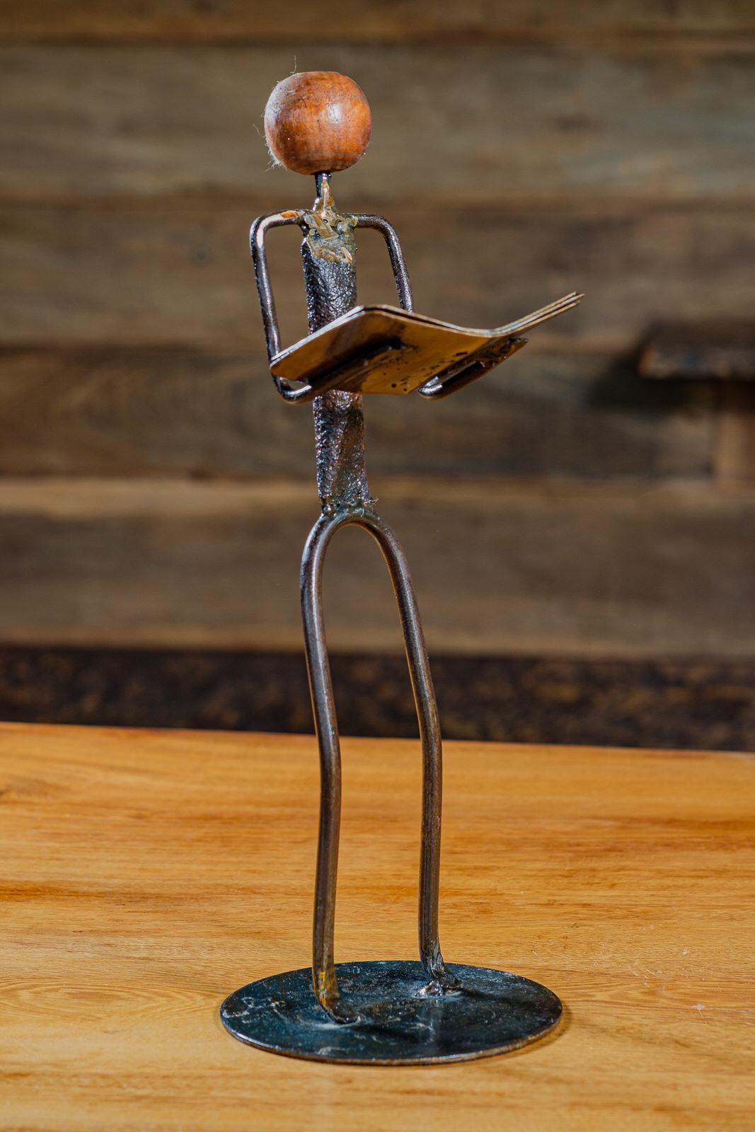 Escultura Artesanal em Ferro Leitor