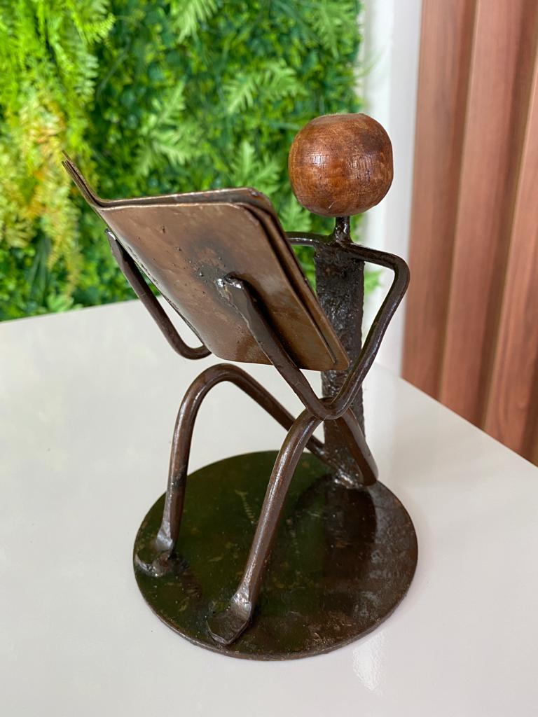 Escultura Artesanal em Ferro Leitor Sentado II