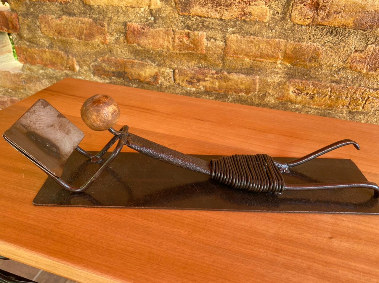 Escultura Artesanal em Ferro Leitora Deitada II