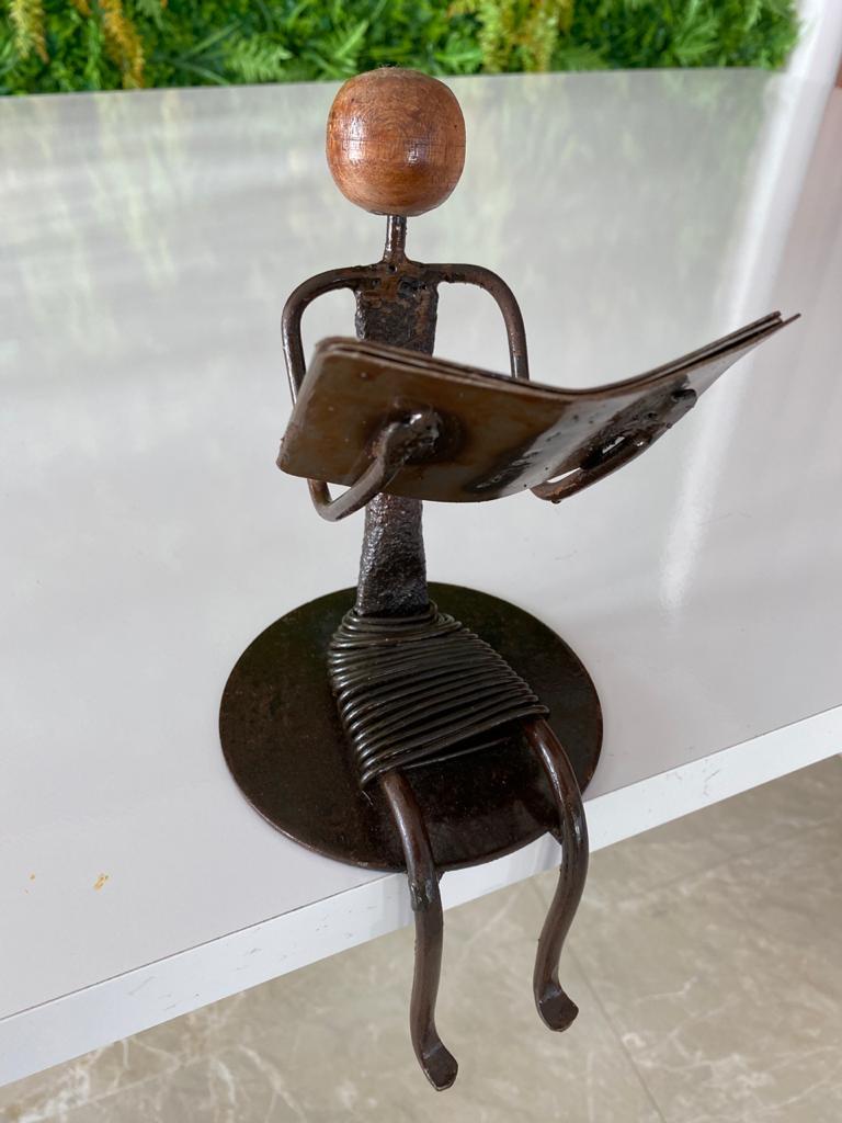 Escultura Artesanal em Ferro Leitora Sentada I