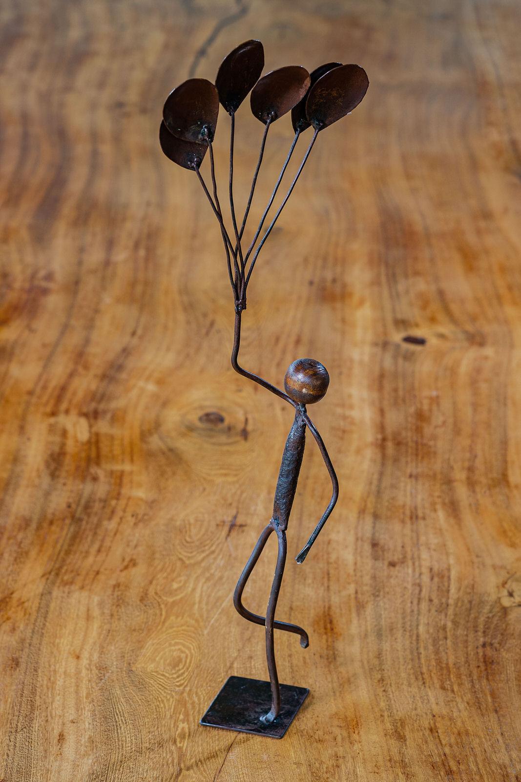 Escultura Artesanal em Ferro Segurando Balões