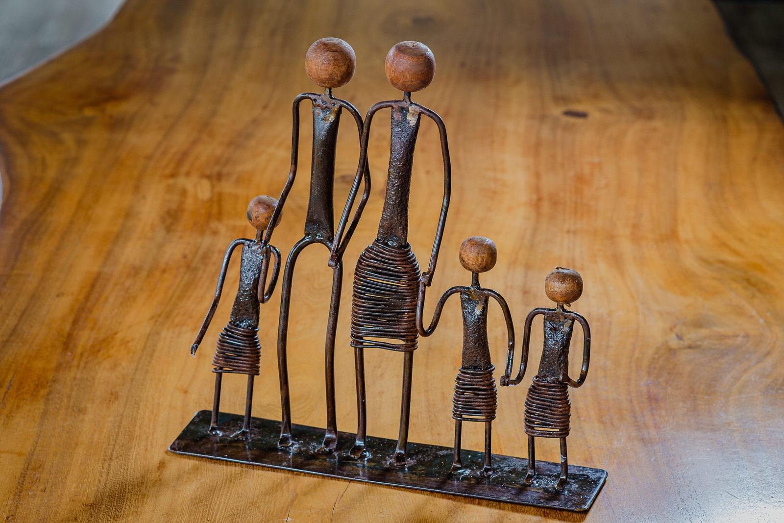 Escultura Artesanal Família em Ferro de Mãos Dadas - Três Meninas