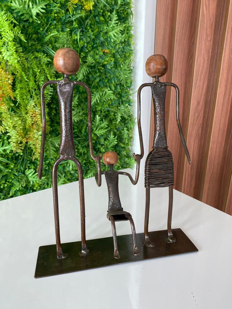 Escultura Artesanal Família em Ferro - Uma Menina