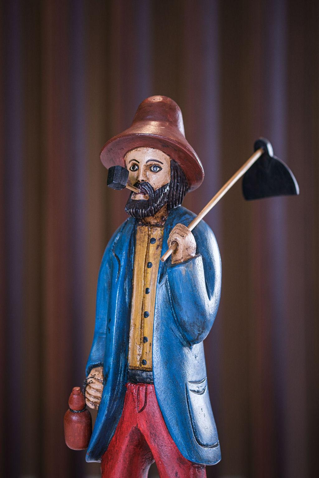Escultura homem da roça em Madeira - Casaco Azul