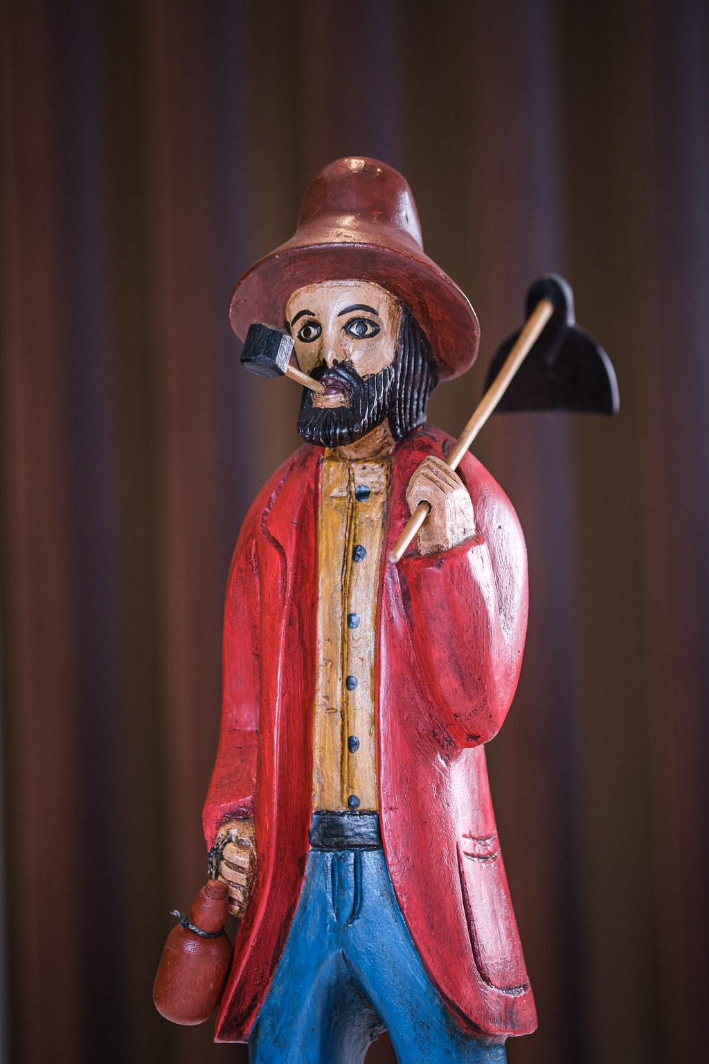 Escultura homem da roça em Madeira - Casaco Vermelho