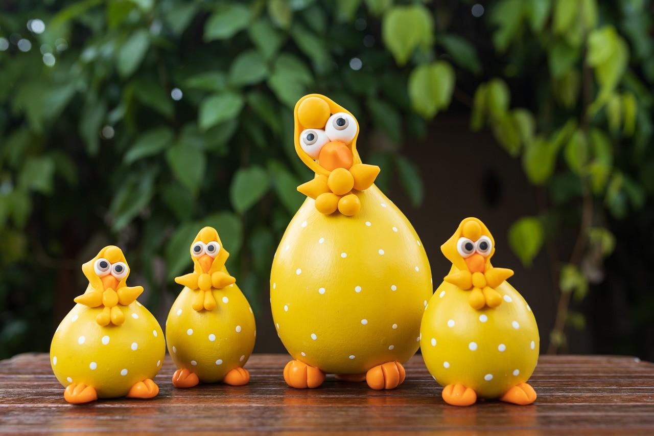 Família de Galinhas Amarelas em Cabaça com Lenço