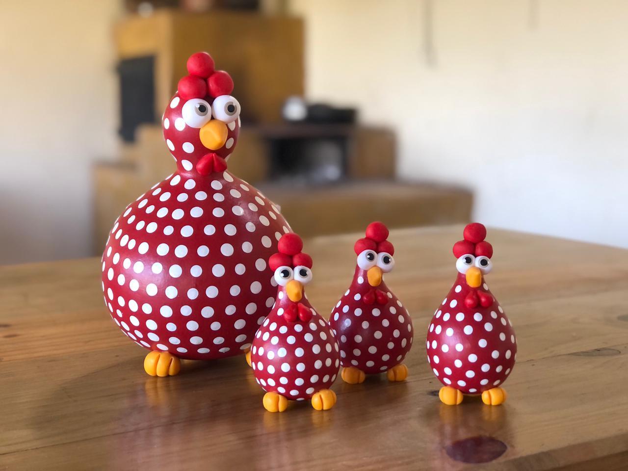 Família de Galinhas Vermelhas Pintadinhas