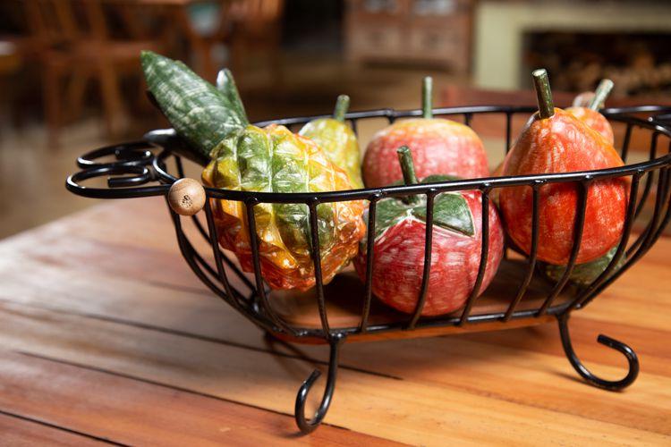 Fruta em madeira maciça pintadas e enceradas