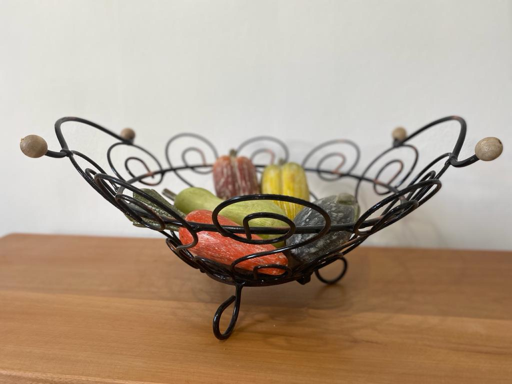 Fruteira em ferro redonda com alça de bolinha