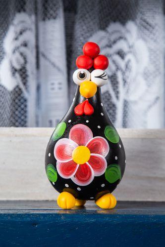 Galinhas decorativas com flor no peito