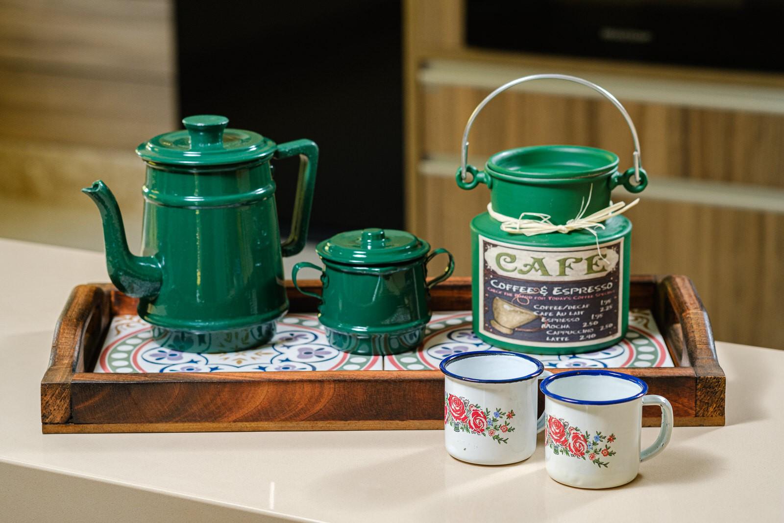 Kit Bandeja em Madeira Rústica com Bule 1 Litro, Leiteira, Açucareiro Verde e Canecas com Flores