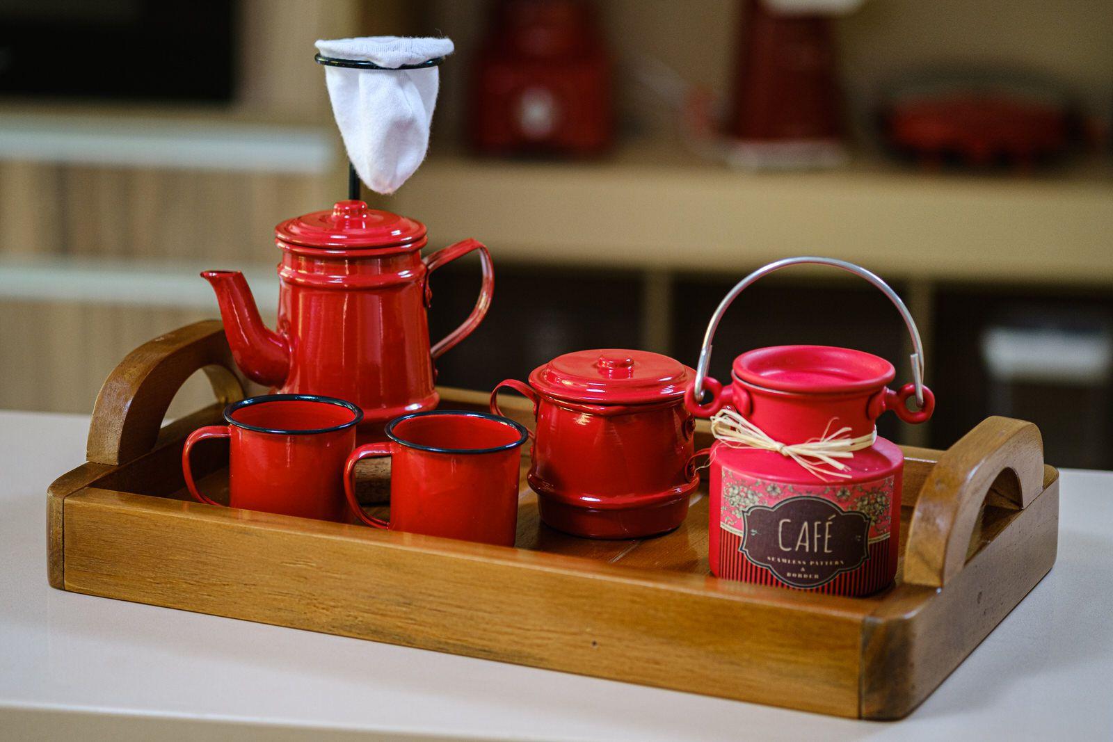 Kit bandeja em madeira rústica com kit bule 250 ml, mini leiteira, açucareiro vermelhos e  canecas
